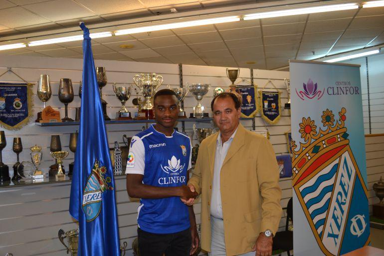 Johan Abdoul junto a Vicente Vargas, entrenador del Xerez CD