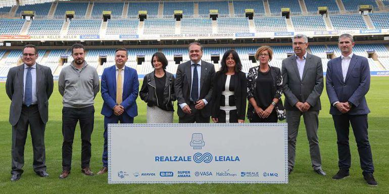 Jokin Aperribay y Begoña Larzabal posan con los responsables de las empresas que colaboran en la nueva iniciativa de la Real