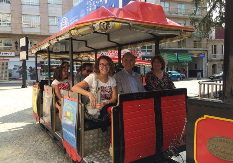 Miembros de la corporación municipal de Ponteareas en el tren turístico.