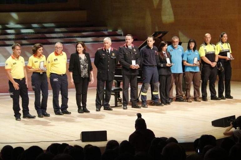L'alcaldessa Colau amb els premiats amb la Medalla d'Or de l'Ajuntament