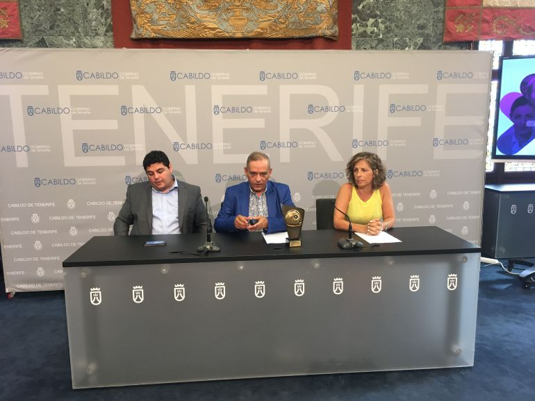 El consejero insular de Empleo, Comercio, Industria y Desarrollo Económico, Efraín Medina, el consejero de Empleo, Leopoldo Benjumea, y la gerente de Fifede, Gabriela de Armas.