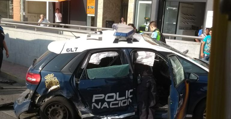 El coche de la Policía Nacional ha chocado contra el acceso al Cercanías en Sanse