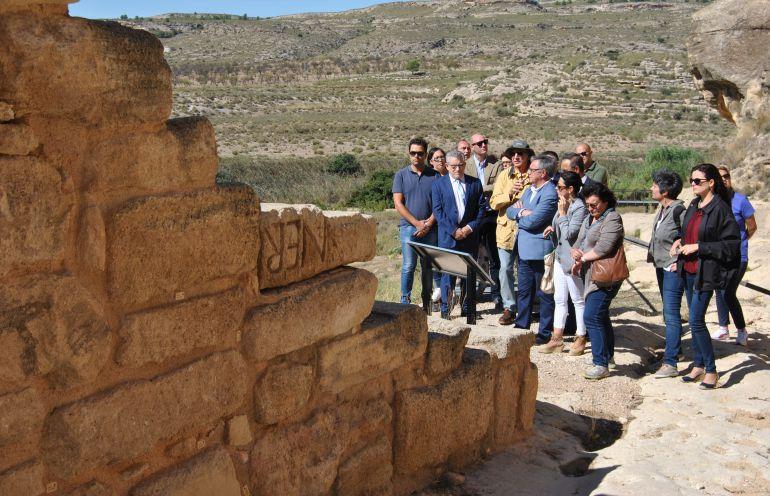 Foto de la visita de Ángel Felpeto al Tolmo de Minateda
