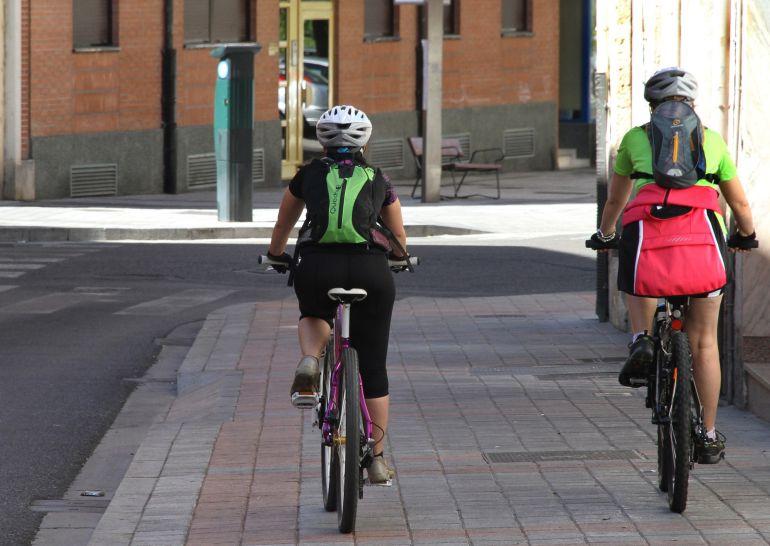 Dos ciclistas circulan indebidamente por la acera en Palencia