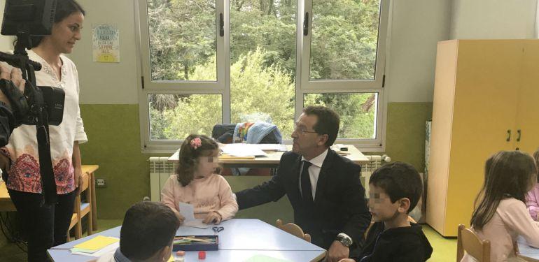 Genaro Alonso con algunos de los niños en colegio de Colombres
