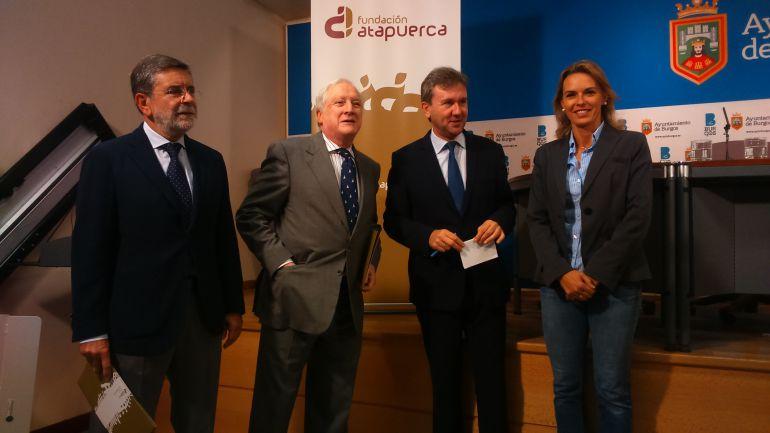 De izquierda a derecha: Javier Gutiérrez, director general de la Fundación Atapuerca, Antonio Miguel Méndez Pozo, presidente de la Fundación, Javier Lacalle, alcalde de Burgos y Lorena de la Fuente, edil de Cultura.