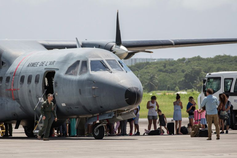 Militares franceses evacuando a ciudadanos de Saint Martin afectados por el Irma