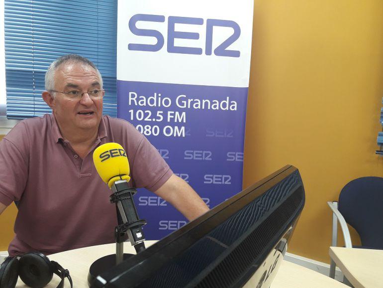 Chema Rueda, durante la visita en los estudios de Radio Granada.