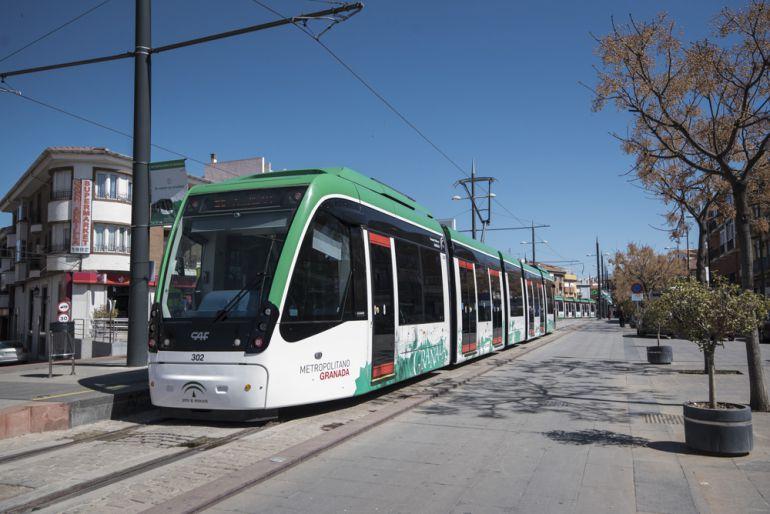 Metro de Granada circulando en pruebas.