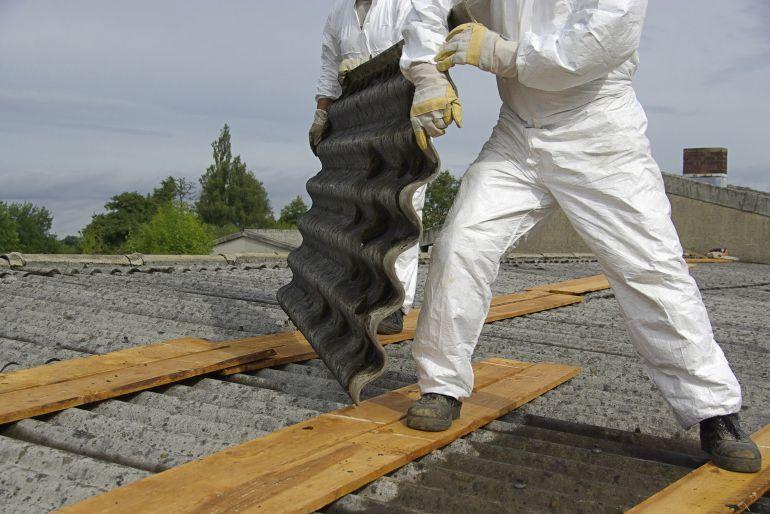 Imagen de archivo de los trabajos de retirada de amianto de un tejado