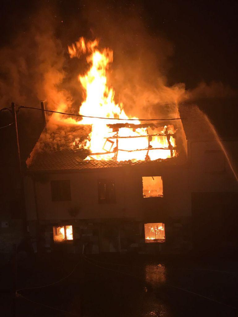 Las llamas se han comido la casa deshabitada