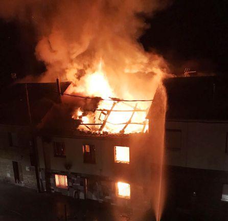 Una casa abandonada en la plaza comenzó a arder
