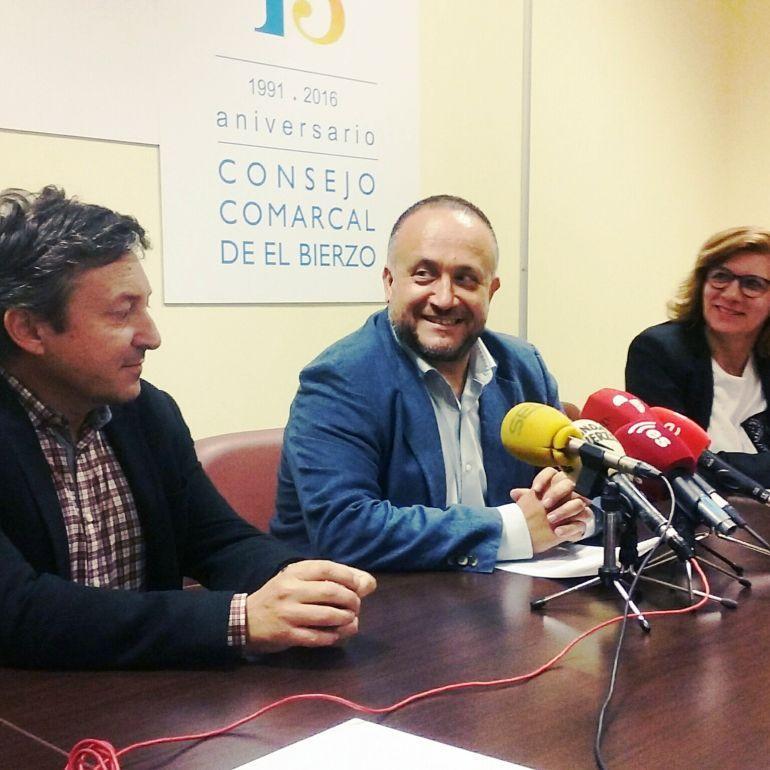 Gerardo Álvarez Courel junto a Samuel Folgueral y Mari Paz Ramón, en rueda de prensa