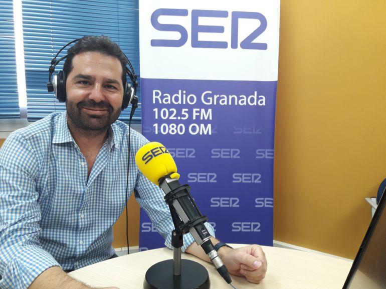 Noel López, durante la entrevista en los estudios de Radio Granada.