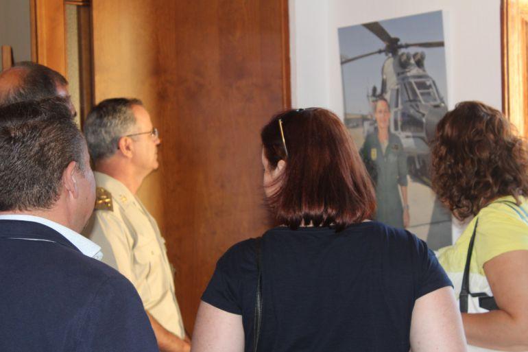 Inauguración de la exposición, que incluye una foto de la homenajeada
