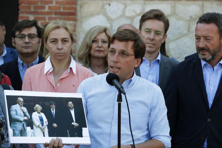 El portavoz del Partido Popular en el Ayuntamiento de Madrid, José Luis Martínez-Almeida(4ºd), en el Matadero de Madrid, donde este lunes denunció que la alcaldesa de Madrid Manuela Carmena ceda un local para un acto contrario a la Constitucion.
