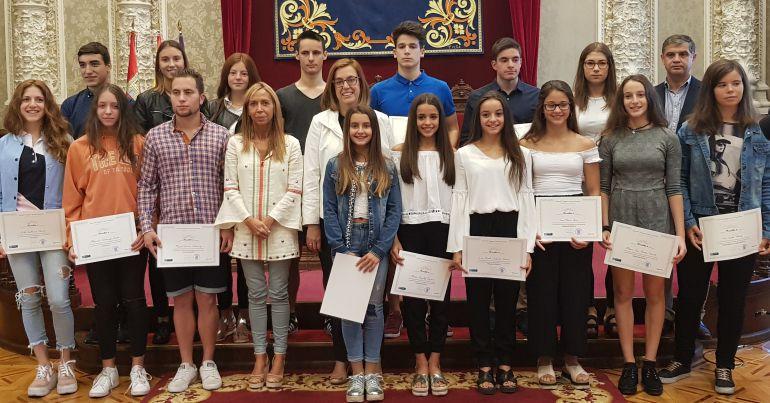 Jóvenes becados junto a la Presidenta de la Diputación y a la diputada del área