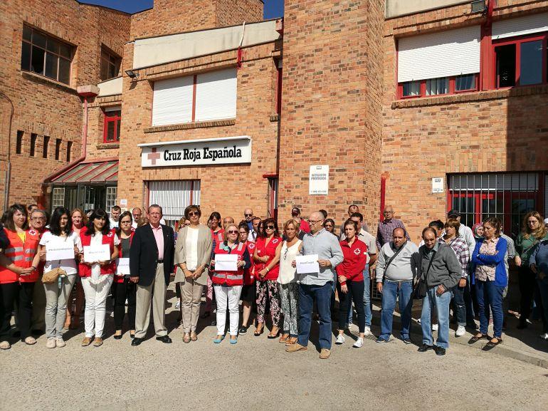 Trabajadores y voluntarios de Cruz Roja durante el minuto de silencio en recuerdo de la cooperante asesinada