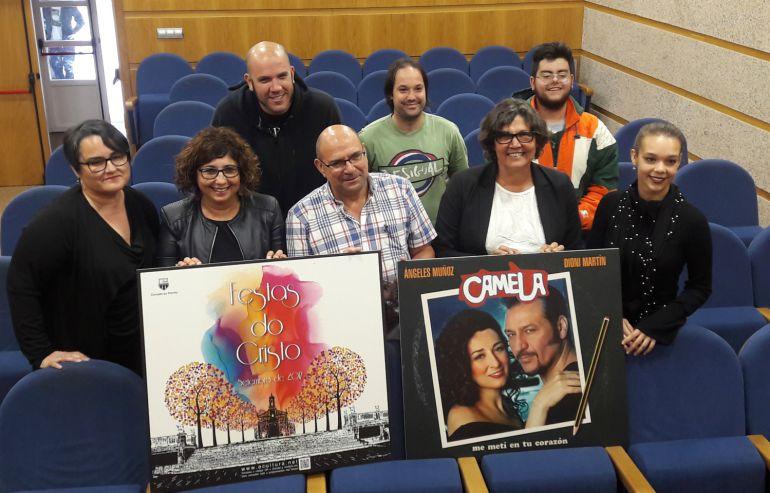 La alcaldesa Eva García de la Torre (segunda por la derecha en la primera fila) en la presentación das Festas do Cristo.