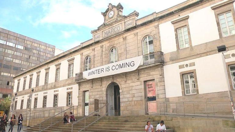 Una pancarta, que nadie sabe quien colgó, ironiza sobre el futuro incierto del Museo de Arte Contemporáneo de Vigo