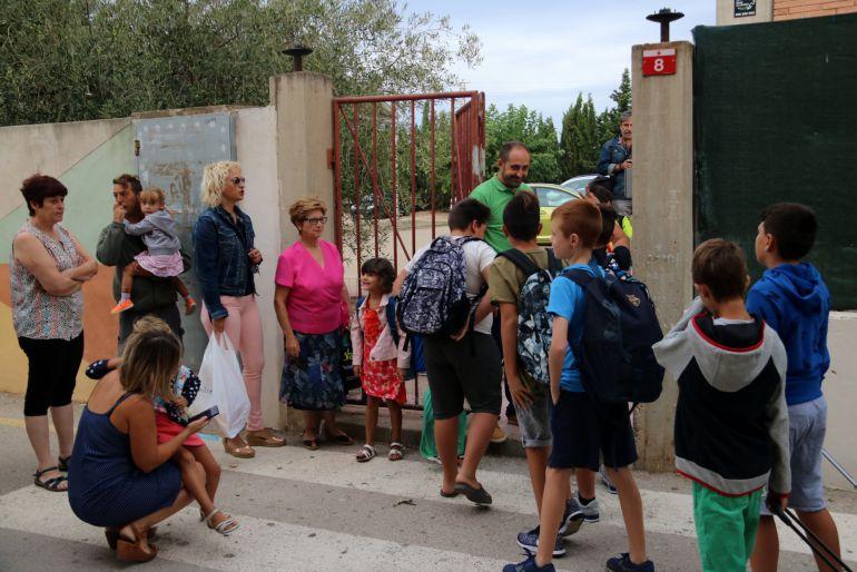 Pla general dels alumnes de l'escola Sant Àngel de Camarles a punt d'entrar a l'escola el primer dia de classe.
