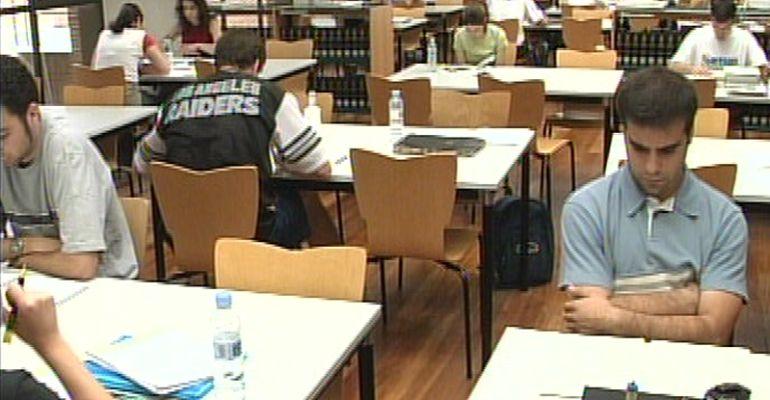 Un grupo de estudiantes preparando la prueba de acceso a la universidad