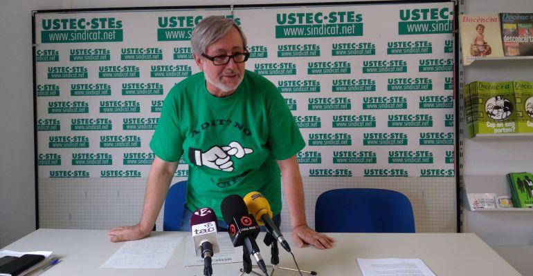 El portaveu de la USTEC-STEs, Josep Maria Cartanyà, en la roda de premsa sobre l'inici de curs 2017-2018