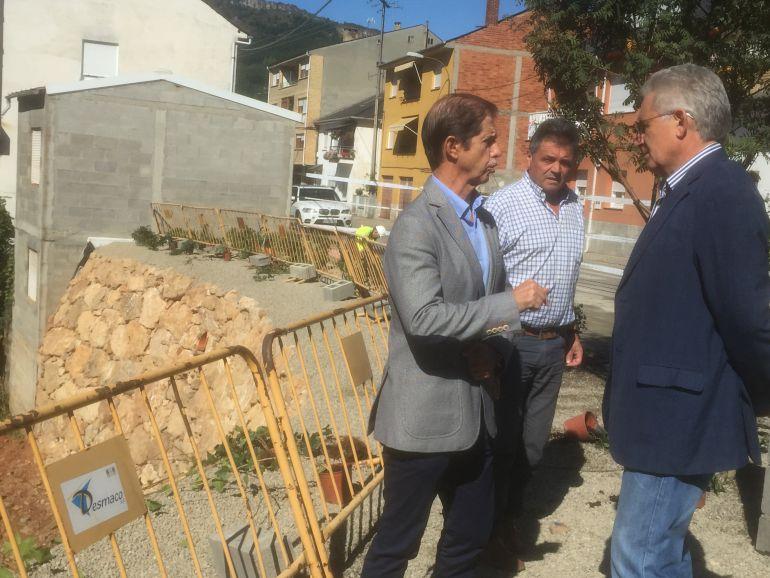 El presidente de Confederación y el alcalde de Vega de Espinareda hablan junto a la obra