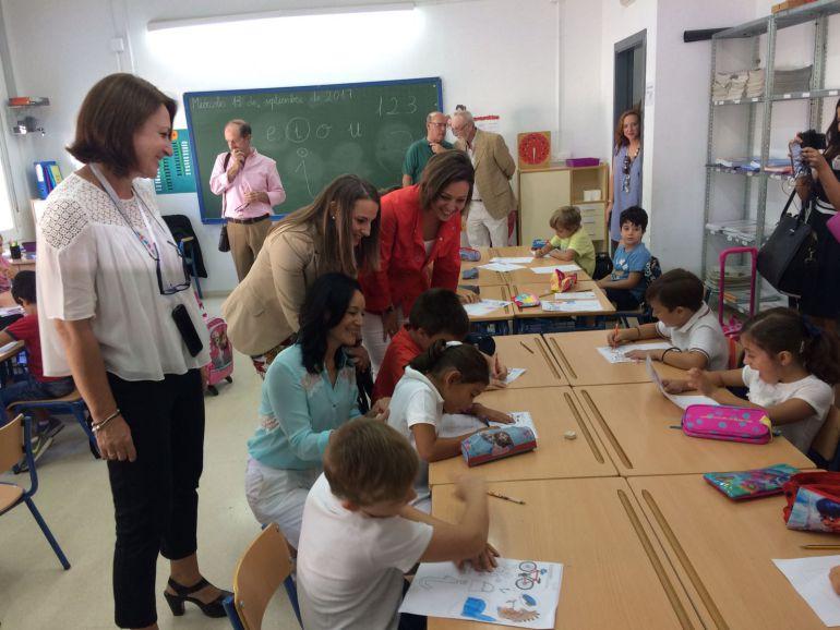 Rafi Crespín, Esther Ruiz e Isabel Ambrosio en la inauguración de curso hoy en el CEIP Salvador Vinuesa