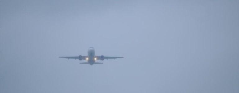 Avión entre la niebla