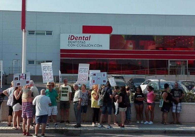 Protesta frente a iDental Elche
