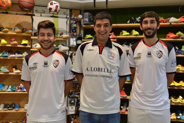 Catela y Palmas con la nueva, y Manu con la antigua, presentaron la equipación que rescata la camiseta del ascenso