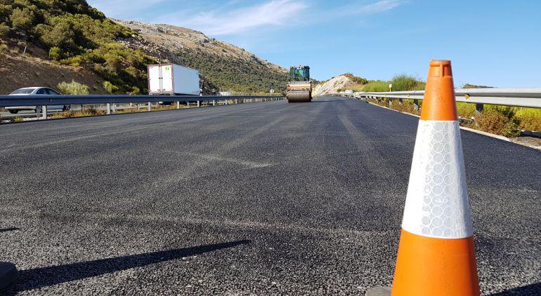 Obras de reasfaltado y reforma integral de la capa de rodadura en la A-92 en el tramo de 13 km del Puerto de la Mora (Granada)