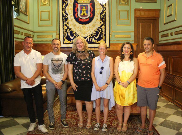 La alcaldesa de Motril recibe a los responsables del mejor chiringuito de Andalucía, El Espeto