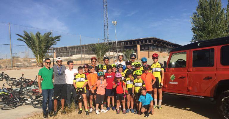 Componentes de la Escuela Municipal de Ciclismo de Jaén con el director, Manuel Beltrán.
