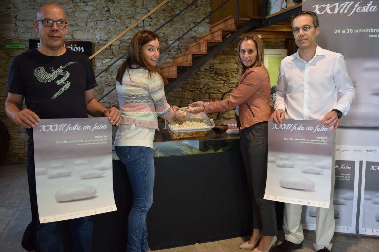 La alcaldesa de Lourenza, la diputada de Economía, el concelleiro de Cultura y el autor del cartel presentan la XXVII edición da Festa da Faba