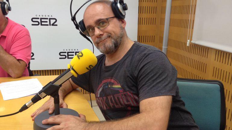 Xavi Castillo en los estudios de Radio Valencia