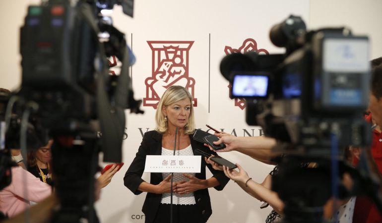 La Consellera de Justicia, Gabriela Bavo, durante las declaraciones que ha realizado en los pasillos de Les Corts