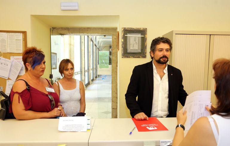 El procurador de IU-Equo, José Sarrión; y Remedios Navas, madre de Aimar, registran una carta en la que denuncian el incumplimiento de la Consejería de Educación, adoptado en sede parlamentaria