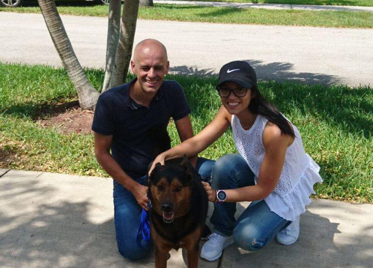 Mariam García (derecha) junto a su pareja y un perro durante sus vacaciones en Miami.