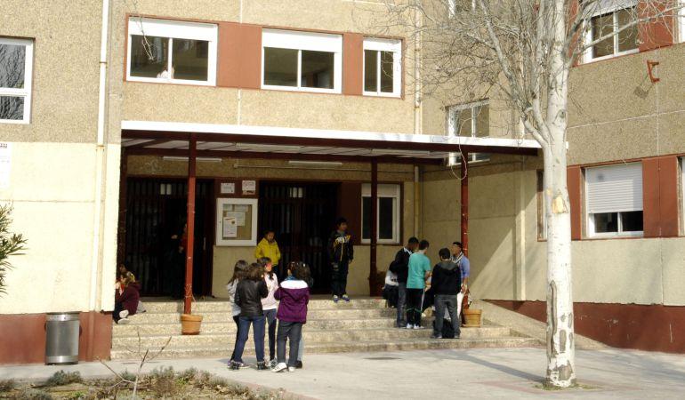 Alumnos a la entrada del instituto