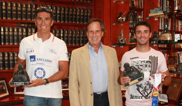 El regidor Ignacio García de Vinuesa (centro) junto al nadador Javier Sanz (izquierda) y el policía local Alex Jiménez (derecha)