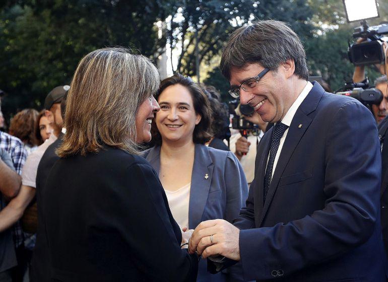 El presidente de la Generalitat, Carles Puigdemont, junto a la alcaldesa de Barcelona, Ada Colau (c), conversa con la alcaldesa de L'Hospitalet de Llobregat (Barcelona), Núria Marín.