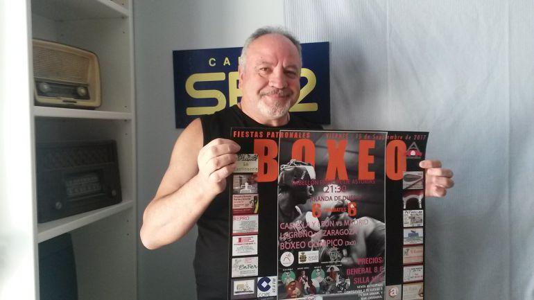 Juan Antonio Sánchez, responsable del Club Aranda Boxing, con el cartel del certamen.
