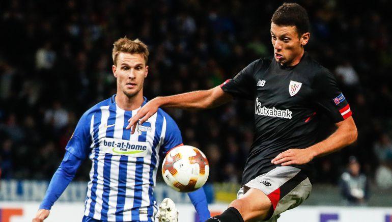 - Sebastian Langkamp (i) del Hertha disputa el balón con Mikel Vesga (d) del Bilbao, durante un partido por la Liga Europa de la UEFA disputado entre el Hertha BSC y el Athletic Bilbao hoy, jueves 14 de septiembre de 2017, en el estadio