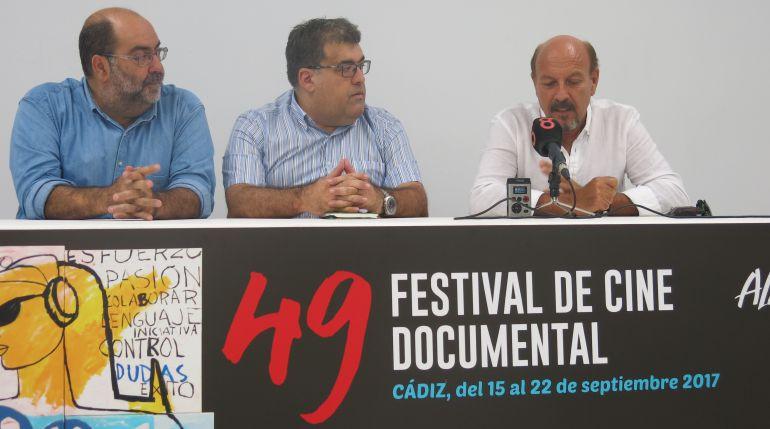 El director de la película, César Martínez Herrada; el director de Alcances, Javier Miranda; y Javier Ruibal