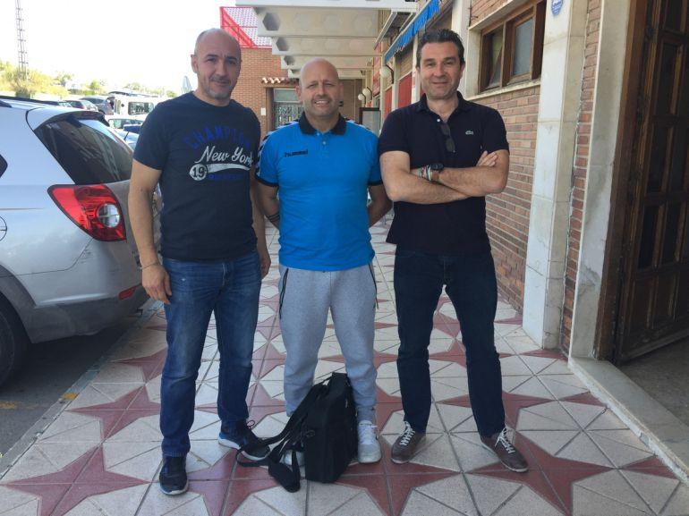 Fernando Latorre, entre Guillermo Tendero (I) y Pedro Conca (D), espera debutar con victoria