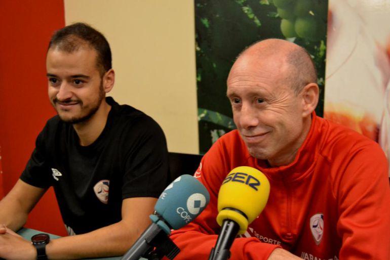 El capitán Hugo Sánchez y el técnico Santi Valladares, en la rueda de prensa ofrecida antes de viajar