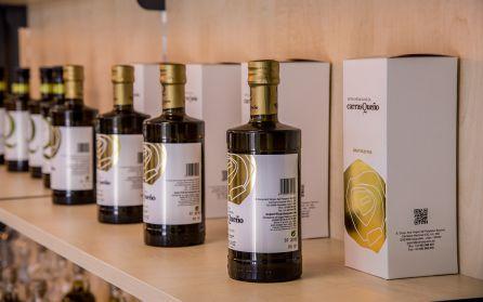 Botellas de aceite de la Cooperativa 'Nuestra Señora del Perpetuo Socorro'.
