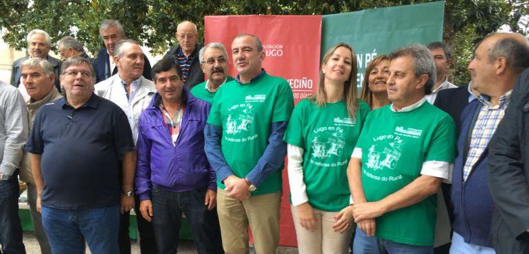 Políticos y miembors de la Federación Vecinal presentando el día del vecino